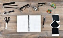 Otwarta książkowa polaroid fotografia obramia writing narzędzi biura szkoły Zdjęcie Stock