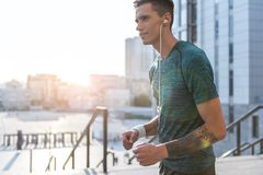 Otwarta męska biegacza przesłuchania piosenka przy ulicą Zdjęcie Stock