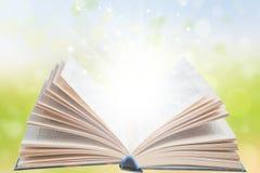 Otwarta magii książka z światłem Fotografia Royalty Free