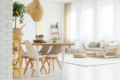 Otwarta przestrzeń z obiadowym stołem fotografia royalty free
