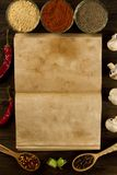 Otwarta rocznik książka z pikantność na drewnianym tle zdrowe jedzenie wegetarianin Przepis, menu, egzamin próbny up, gotuje zdjęcie royalty free