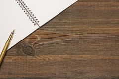 Otwarta spirala - obszyty notatnik Z Białymi stronami I Złocistym piórem Obrazy Stock