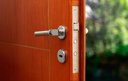 Otwarte drzwi dom rodzinny Zakończenie kędziorek opancerzony drzwi fotografia stock