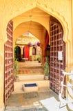 Otwarte drzwi i łukowatego doorwayinside Złoty fort Jaisalmer, akademie królewskie Zdjęcie Royalty Free