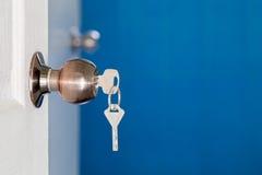 Otwarte drzwi z kluczami, klucz w keyhole zdjęcie stock