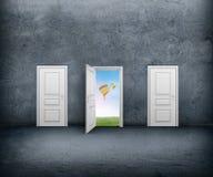 Otwarte drzwi z widokiem nieba i gorącego powietrza balonów betonowy pokój Obrazy Royalty Free