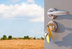 Otwarte drzwi z widokiem zielonego łąkowego jaskrawego światła słonecznego Zdjęcia Royalty Free