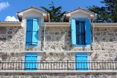 Otwarte i zamknięte bławe drewniane nadokienne story na okno niedawno budująca Śródziemnomorska willa w tradycyjnym kamienia styl obraz stock