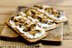 Otwarte kanapki z miękkim serem i pieczarkami na drewnianej desce Wyśmienicie i zdrowe jarskie kanapki zbliżenie Obrazy Royalty Free