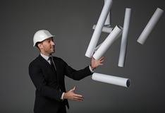 Otwarte mężczyzna miotania rolki papier up obrazy royalty free