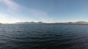 Otwarte morze krajobraz z fala i halnymi wyspami zdjęcie wideo
