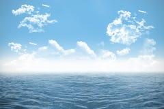 Otwarte morze pod chmurnym niebieskim niebem ilustracja wektor