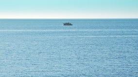 Otwarte morze z statkiem na horyzoncie zbiory