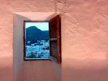 otwarte okno i krajobraz biali mali domy przy odległością zdjęcia royalty free