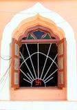 Otwarte okno jain świątynia z antycznym symbolem bóstwo i duchowość na nim, India fotografia royalty free