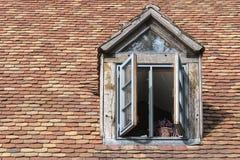 Otwarte okno w starym dormer na dachu z historycznym zdjęcie stock