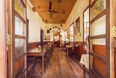 Otwarte okno wygodna jadalnia starego stylu kawiarnia w indyjskim mieście Obrazy Stock