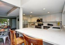 otwarte plan piętra Biały kuchenny izbowy wnętrze Zdjęcia Royalty Free