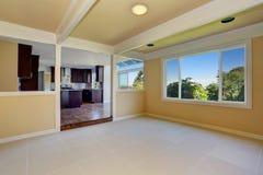 otwarte plan piętra Pusty pokój z dachówkową podłoga Widok kuchenny pokój Zdjęcia Royalty Free