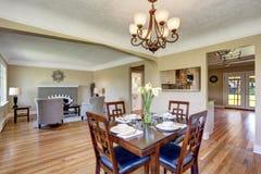 otwarte plan piętra Widok od łomotać teren z drewnianym stołu setem Fotografia Stock