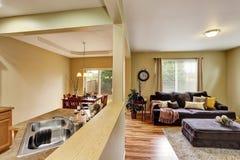 otwarte plan piętra Żywy pokój łączący kuchenny teren Zdjęcie Stock