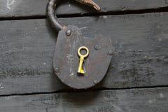 Otwartego pomysłu - kluczowa i stara kłódka Obraz Royalty Free