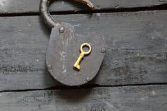 Otwartego pomysłu - kluczowa i stara kłódka Obrazy Stock
