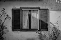 Otwartego rocznika nadokienna żaluzja w słonecznym dniu, Italy styl obrazy stock