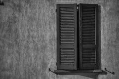 Otwartego rocznika nadokienna żaluzja w słonecznym dniu, Italy stylu betonu cementu ściana fotografia stock
