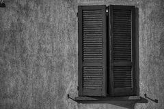 Otwartego rocznika nadokienna żaluzja w słonecznym dniu, Italy stylu betonu cementu ściana obrazy stock