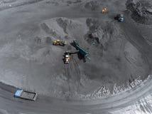 Otwartej jamy kopalnia, traken sortuje, minuje węgiel, ekstraktowego przemysłu antracyt, Węglowy przemysł fotografia royalty free