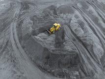 Otwartej jamy kopalnia, trakenu sortować Górniczy węgiel Buldożerów rodzajów węgiel Ekstraktowy przemysł, antracyt Węglowy przemy zdjęcia royalty free