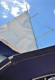 Otwarty żagiel jacht na niebieskiego nieba tle Zdjęcia Stock