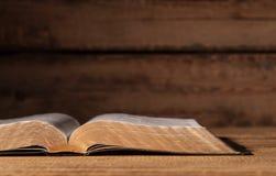 otwarty Biblii biurko obrazy royalty free