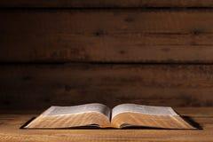 otwarty Biblii biurko zdjęcia royalty free