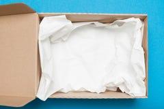 Otwarty brązu karton, wysyła pakunek obrazy stock