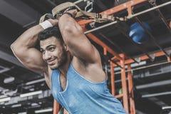 Otwarty brodaty męski bierze ćwiczenie w gym zdjęcie royalty free