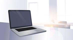 Otwarty Cyfrowego laptop Na Stołowego Nowożytnego mieszkania słońca Nadokiennym połysku Zdjęcia Stock