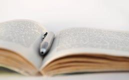 otwarty książki pióro obraz stock