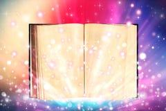 Otwarty książkowy emituje iskrzasty światło obraz royalty free