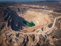 Otwarty - lany łup dla kopać i produkcja upłynnienie wapień, żwiru materiał, miażdżyliśmy kamień i piasek, widok z lotu ptaka zdjęcia stock