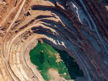 Otwarty - lany łup dla kopać i produkcja upłynnienie wapień, żwiru materiał, miażdżyliśmy kamień i piasek, widok z lotu ptaka obraz stock
