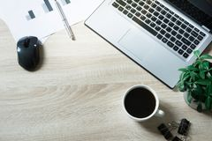Otwarty laptop, dokumentacja i czarna kawa na biuro stole, Odgórny widok, kopii przestrzeń fotografia royalty free