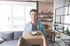 Otwarty męski mienia pudełko od kuriera Zdjęcia Stock