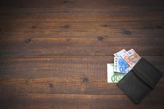 Otwarty Męski Czarny Rzemienny portfel Z euro rachunkami Na drewnie Fotografia Stock