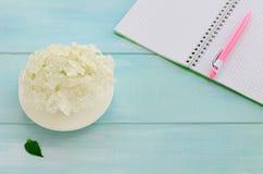 Otwarty notatnik z piórem, coffeecup i hortensją menchii, Fotografia Stock
