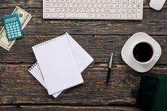 Otwarty notatnik z pustymi stronami, pióro, kalkulator, klawiatura, pieniądze Fotografia Stock