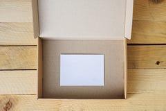 Otwarty opróżnia pudełko z biel kartą inside fotografia royalty free