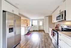 Otwarty podłogowego planu biały kuchenny pokój z okrzesaną twarde drzewo podłoga Obrazy Royalty Free