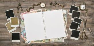 Otwarty podróży czasopismo, polaroid fotografii ramy, gotówkowy pieniądze Zdjęcia Royalty Free
